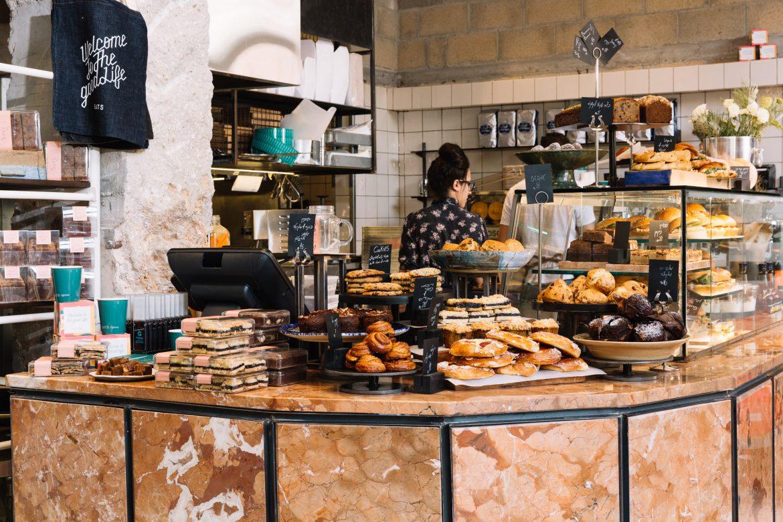 תכנון מטבח מלא ודלפק מכירה של קפיטריה שכונתית EATS